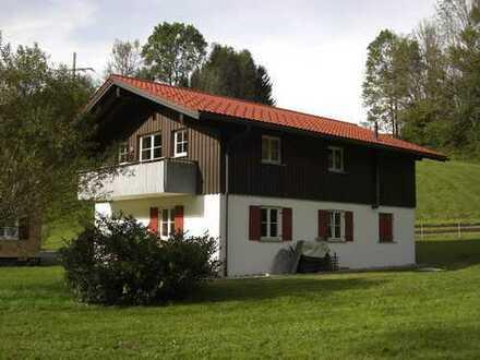 Ansprechende 3-Zimmer-Dachgeschosswohnung mit Balkon und Einbauküche in Oberstaufen