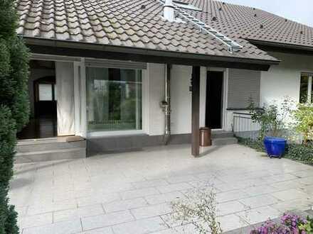 Gepflegte 5- Zimmer Wohnung mit Garten, Garage, Einbauküche