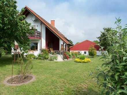 Freistehendes Einfamilienhaus mit Einliegerwohnung, großer Halle und Pferdeboxen