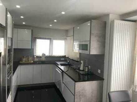 Stilvolle, geräumige und sanierte 3-Zimmer-Penthouse-Wohnung mit Balkon und EBK in Fellbach