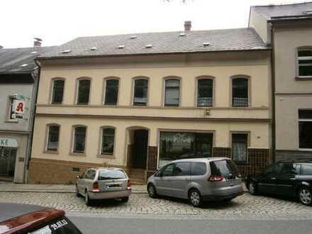 Mehrfamilienhaus mit Anbau und Scheune und Geschäftseinheit im Herzen von Falkenstein