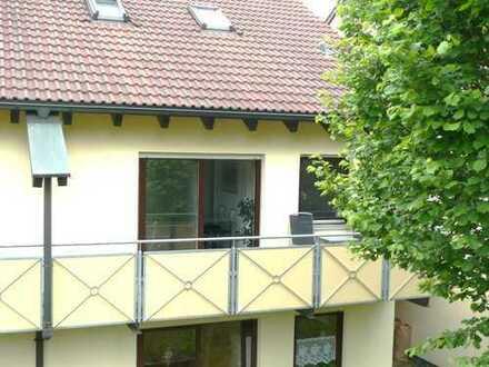 Attraktive Wohnung im Grünen mit Balkon, Küche, Garagenstellplatz und Extras