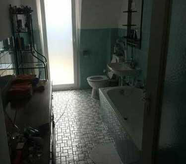 Zentrales Zimmer in 2-Zimmer-Wohnung mit Balkon & Badewanne zu vermieten. Mitbewohnerin nur alle pa