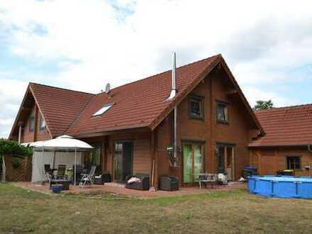 Junge Doppelhaushälfte mit Carport auf einem Eigentumsgrundstück. Freistellung zum 1.11.19.