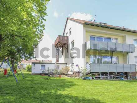 Attraktive Aussichten: Frei stehendes MFH mit 3 WE, 2 Balkonen und Garagen in Cadolzburg
