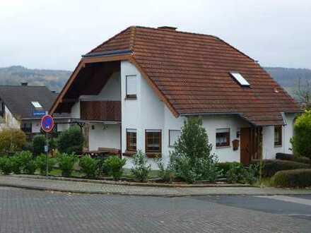 Gepflegtes, modern zugeschnittenes Einfamilienhaus mit Garten und Garage