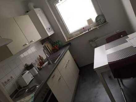 Schönes neu renoviertes Zimmer in einer großen modernen Wohnung