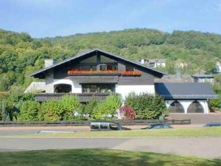 Gepflegte 3-Zi-Whg mit großer Terrasse & Einbauküche in Weilrod (insges. 3 Wohnungen im Villenstil)