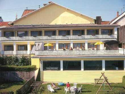 1-Zimmerappartement mit eigenem Bad und eigenem Balkon sowie einer Gemeinschaftsküche