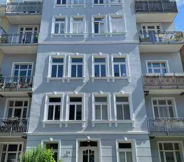 Luxus-Sanierte 3-Zimmer-Altbau-Wohnung mit 2 Balkonen, EBK in Hoheluft-Ost