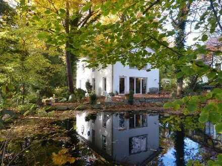 Großzügiges Einfamilienhaus mit Gartenteich nahe Potsdam