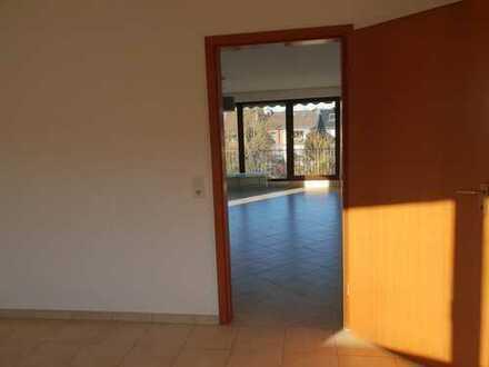 Vollständig renovierte 2-Zimmer-Dachgeschosswohnung mit Balkon in Grevenbroich