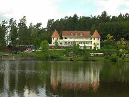 Schöne 65 m2 DG-Wohnung mit gr. Balkon (auf Wunsch mit EBK bzw. teilmöbliert) in der Residenz am See