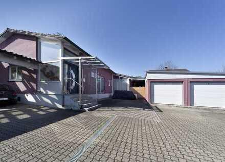 Einfamilienhaus mit großzügigem Garten, Doppelgarage und geräumigem Carport.