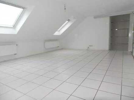 ARNOLD-IMMOBILIEN: Geräumige Wohnung mit Kaminofenanschluss ohne Balkon