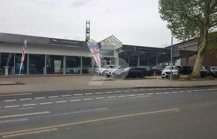 Modernes Autohaus mit großzügigen Ausstellungsflächen