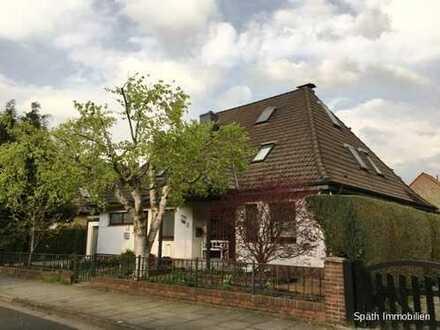 Wohnen und wohlfühlen im Zweifamilienhaus mit nicht einsehbaren Garten und großem Kellerbereich!