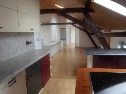 Studenten-WG hat 11 m2-Zimmer frei in extravaganter 5-Zimmer-DG-Wohnung mit EBK in Baiersdorf