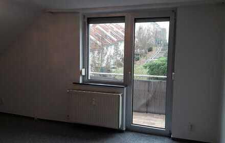 Gepflegte 3-Zimmer-DG-Wohnung mit Balkon und Einbauküche in Frankfurt am Main