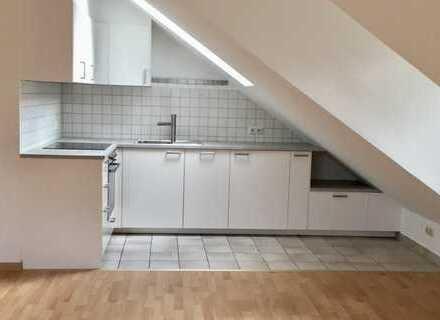 Lichtdurchflutete, großzügige 2-Zimmer DG Wohnung mit Einbauküche - Erstbezug nach Renovierung
