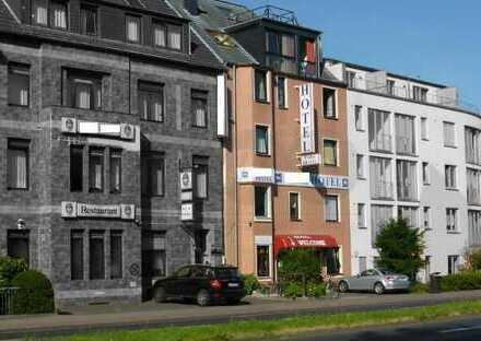 Hotel Garni mit Doppel-/Mehrbettzimmern, Rezeption, Küche, Frühstücks/Speiseraum, Hofgarten & Pkw-St