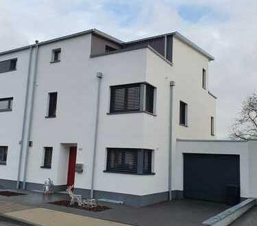 Besondere Doppelhaushälfte im Bauhausstil mit 2 Dachterrassen