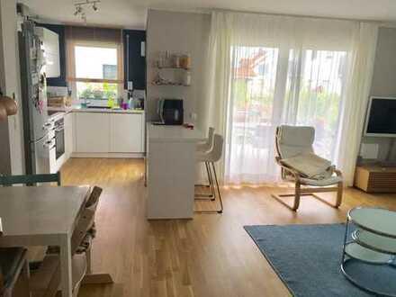 Exklusive, neuwertige 4-Zimmer-EG-Wohnung mit Terrasse, Einbauküche sowie rundum Garten in Neumarkt