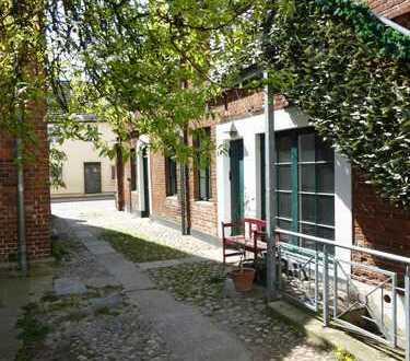 Individuelle, renovierungsbedürftige 2-Zimmer-Wohnung mit Einbauküche in Seenähe / Altstadt