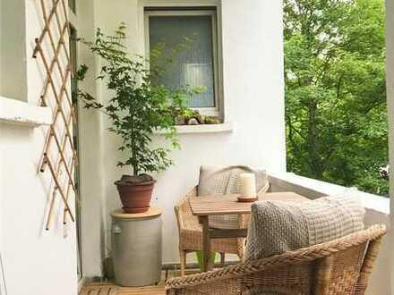 Helles, voll möbliertes Zimmer, zentral gelegen, mit Balkon, in neu saniertem Altbau