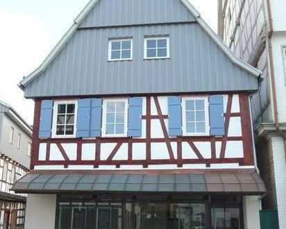 Liebevoll sanierte Altbauwohnung mit Balkon