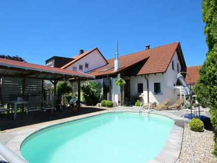Einfamilienhaus bietet Urlaubsfeeling mit Poolbereich und Wintergarten in Dietenheim