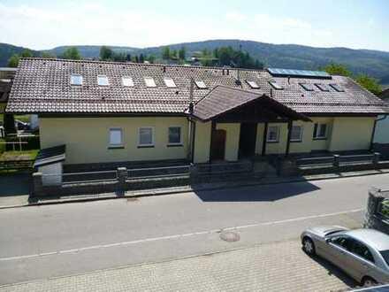 Möblierte 2-Zimmer-Dachgeschosswohnung mit Balkon und Einbauküche in Schönberg