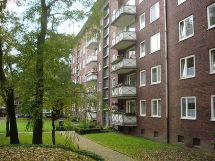 Sanierte 3,5-Raumwohnung mit Traumbadezimmer und Balkon.