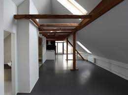 Individuelle Architektur: Dachgeschosswohnung mit Sauna und Balkon