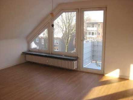 helle und geräumige 4 Zimmer-Dachgeschoss Wohnung mit Balkon in Duisburg-Homberg