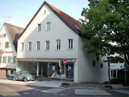 Renoviertes Wohn- und Geschäftshaus mit 2 Garagen im Herzen von Backnang