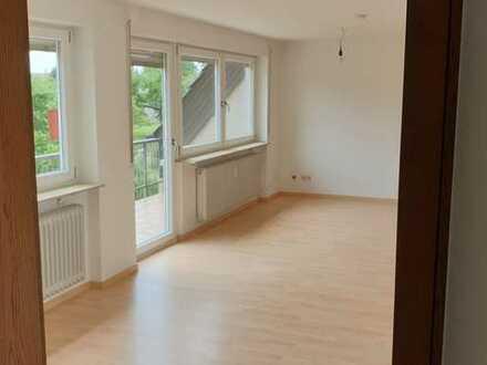 Vollständig renovierte helle 2,5-Zimmer-DG-Wohnung mit Balkon im Herzen von Legelshurst