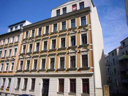 Gepflegte 2-Rwhg. mit großer separater Wohnküche incl. EBK, Balkon, im sanierten Altbau