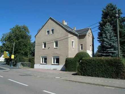 Zwei-bis Dreifamilienhaus mit großem Grundstück