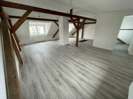 Erstbezug nach Kernsanierung! Hochwertige Altbau 3-Zimmer Maisonnette Wohnung mit Balkon und EBK