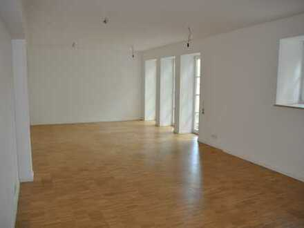 Mitten im Grünen: Hochwertige 4,5-Zimmer-Erdgeschosswohnung mit großer Holzterasse und EBK