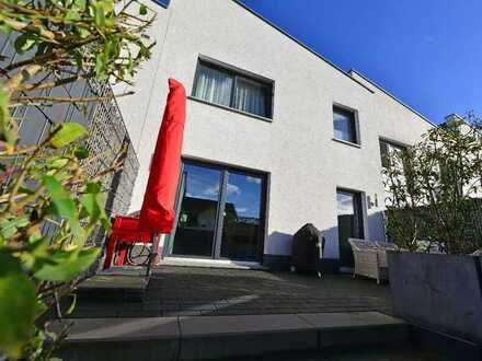 Hennef - Im Siegbogen: Rarität - neuwertiges, sehr ansprechendes Townhouse