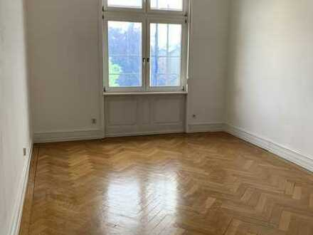 **Holzhausenviertel** 3 Zimmer Stilaltbauwohnung mit Balkon zum selbstrenovieren.