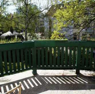 helles WG-Zimmer mit Balkon in großer Villa mit Garten