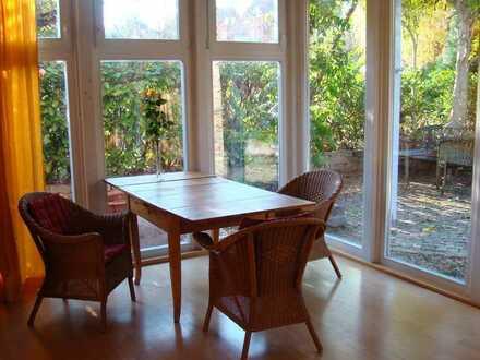 Helles und sonniges Dachgeschoßzimmer mit Balkon, Bad, Garten, Küche und Eßplatz...