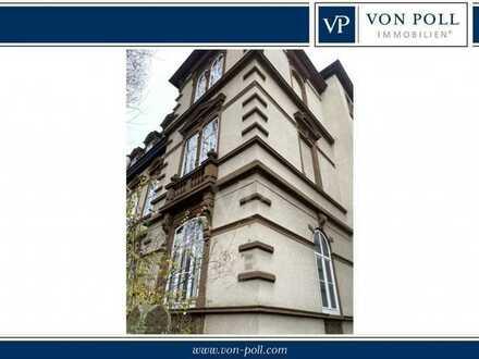 Renovierungsbedürftige Dachgeschoßwohnung in denkmalgeschütztem Weststadthaus