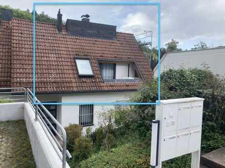 Modernisierte, ruhige 2,5-Zimmer-Dachgeschosswohnung mit Balkon und offenem Kamin
