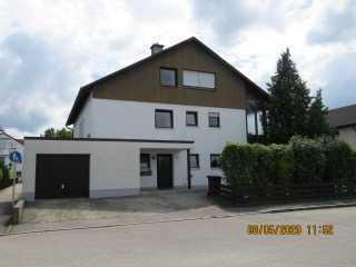 Gepflegte Wohnung mit vier Zimmern , Terrasse, Garten und Garage in Altötting
