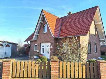 Freistehendes Einfamilienhaus mit Friesengiebel in ruhiger Lage