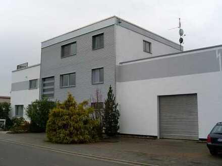 Rodgau/Frankfurt: Liegenschaft mit exklusiver Maisonette-Wohnung, Büros, Halle, Garagen